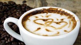 Влюбленность кофе с сердцами на молоке, искусством кофе Latte Стоковые Изображения