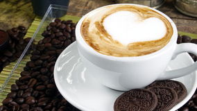 Влюбленность кофе с сердцами на молоке, искусством кофе Latte Стоковые Изображения RF