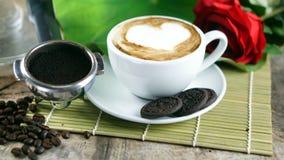 Влюбленность кофе с сердцами на молоке, кофе Latte Стоковые Изображения