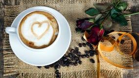 Влюбленность кофе с сердцами на молоке, кофе Latte Стоковые Изображения RF
