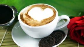 Влюбленность кофе с сердцами на молоке, кофе Latte Стоковая Фотография RF