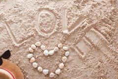 Влюбленность написанная в песочном тропическом пляже Стоковое Изображение