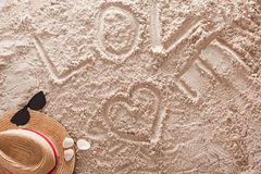Влюбленность написанная в песочном тропическом пляже Стоковое фото RF
