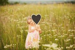 Влюбленность от маленькой девочки на природе Стоковое Изображение RF