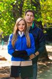 влюбленность пар понижаясь Осень внешняя Стоковые Изображения RF