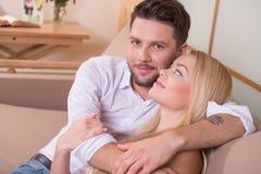 влюбленность пар счастливая Стоковые Изображения