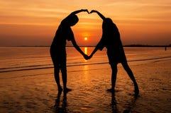 влюбленность руки пар принципиальной схемы пляжа к Стоковое Изображение RF