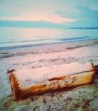 влюбленность руки пар принципиальной схемы пляжа к Стоковые Фото