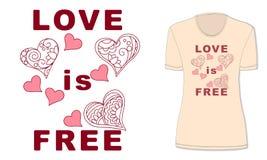 Влюбленность свободна с сердцами на бежевой футболке Стоковые Фотографии RF
