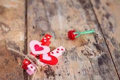 Влюбленность сердец на древесине Стоковые Изображения