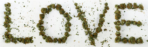 Влюбленность сказанная по буквам с марихуаной стоковое фото rf