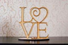 Влюбленность статуэтки и обручальные кольца Стоковое Фото