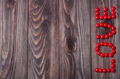 Влюбленность слова от конфеты на деревянной предпосылке связанный вектор Валентайн иллюстрации s 2 сердец дня Стоковая Фотография RF