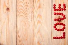 Влюбленность слова от конфеты на деревянной предпосылке связанный вектор Валентайн иллюстрации s 2 сердец дня Стоковое фото RF