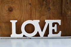 Влюбленность слова сделанная белых деревянных писем Стоковое фото RF