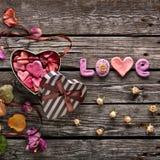 Влюбленность слова с подарочной коробкой дня валентинок сердца Стоковые Изображения RF