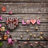 Влюбленность слова с подарочной коробкой дня валентинок сердца Стоковые Фотографии RF