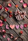 Влюбленность слова с подарочной коробкой дня валентинок Стоковое Изображение RF