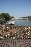 влюбленность ` фиксирует ` на Pont des Arts на реке Сене в Париже Стоковое Фото