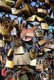 влюбленность ` фиксирует ` на Pont des Arts Стоковое Изображение