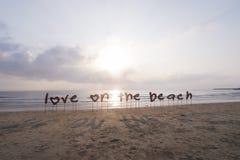 Влюбленность ярлыка на пляже стоковые фото