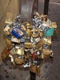 Влюбленность Padlocks прикованная к мосту Стоковое фото RF