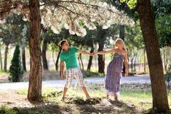 Влюбленныйся парень и прогулка девушки в древесине Стоковые Изображения