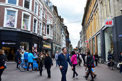 Гаага, Нидерланды - 8-ое мая 2015: Люди ходя по магазинам на торговой улице venestraat в Гааге стоковое изображение rf