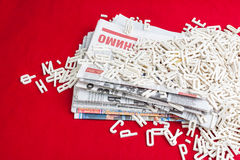 Габаритные письма разбросали бумаги на красном бархате Стоковая Фотография