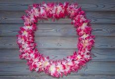 Гаваиская гирлянда цветков, венок на деревянной предпосылке стоковая фотография