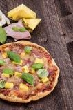 Гаваиская пицца на древесине Стоковое Изображение