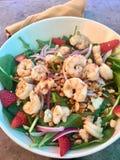 Гаваиский салат обеда с креветкой, зелеными цветами и клубниками Стоковое Изображение