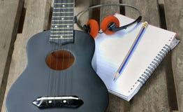 Гавайская гитара крупного плана на деревянном поле Стоковое Фото