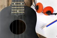 Гавайская гитара крупного плана на деревянном поле Стоковые Фотографии RF