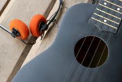 Гавайская гитара крупного плана на деревянном поле Стоковое Изображение RF