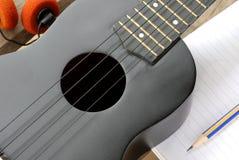 Гавайская гитара крупного плана на деревянном поле Стоковая Фотография RF