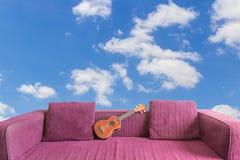Гавайская гитара на софе Стоковые Фото
