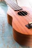 Гавайская гитара на старой деревянной таблице Стоковые Изображения