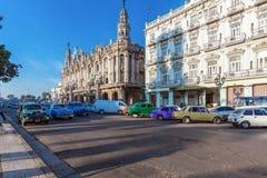 ГАВАНА, КУБА - 1-ОЕ АПРЕЛЯ 2012: 3 винтажных автомобиля перед большим театром Стоковая Фотография