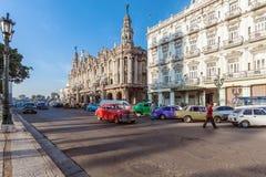 ГАВАНА, КУБА - 1-ОЕ АПРЕЛЯ 2012: 3 винтажных автомобиля перед Gr Стоковые Фотографии RF
