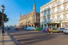 ГАВАНА, КУБА - 2-ОЕ АПРЕЛЯ 2012: 2 винтажных автомобиля перед Grea Стоковая Фотография
