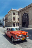 ГАВАНА, КУБА - 1-ОЕ АПРЕЛЯ 2012: Оранжевый автомобиль года сбора винограда Шевроле Стоковая Фотография RF