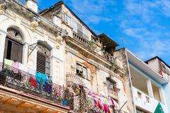 ГАВАНА, КУБА - 14-ОЕ АПРЕЛЯ 2017: Подлинный взгляд старого покинутого дома в Гаване Стоковое Изображение
