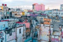 ГАВАНА, КУБА - 14-ОЕ АПРЕЛЯ 2017: Подлинный взгляд покинутых дома и улицы старой Гаваны Стоковые Изображения RF