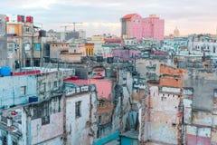 ГАВАНА, КУБА - 14-ОЕ АПРЕЛЯ 2017: Подлинный взгляд покинутых дома и улицы старой Гаваны Стоковая Фотография RF