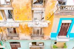 ГАВАНА, КУБА - 14-ОЕ АПРЕЛЯ 2017: Подлинный взгляд старого покинутого дома в Гаване Стоковые Фотографии RF