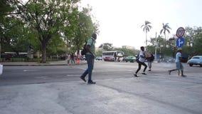 ГАВАНА, КУБА - 20-ОЕ ОКТЯБРЯ 2017: Городок Гаваны старый с людьми Бульвар Malecon видеоматериал