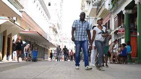 ГАВАНА, КУБА - 20-ОЕ ОКТЯБРЯ 2017: Городок Гаваны старый с людьми Бульвар Malecon сток-видео