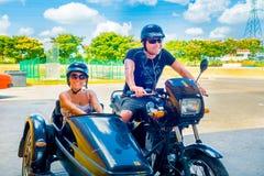 ГАВАНА, КУБА - 13-ОЕ СЕНТЯБРЯ 2015: Пары  Стоковые Фото