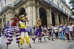 ГАВАНА, КУБА - 16-ОЕ ФЕВРАЛЯ 2017: Красочный парад танцоров в старом h Стоковое Изображение RF